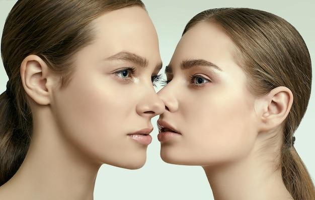 Studioporträt von zwei schönen sinnlichen jungen mädchen mit klarer frischer junger gesichtshaut