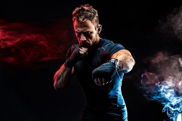 Studioportrait des kämpfens des muskulösen mannes