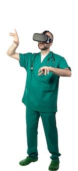 Studioportrait eines doktors, der gläser für virtuelle realität benutzt.