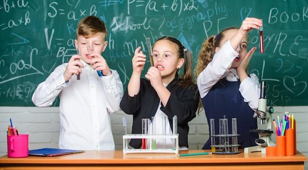 Studium der flüssigkeitszustände gruppenschüler untersuchen chemische flüssigkeiten mädchen und jungen schülerverhalten
