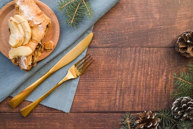 Stück apfelkuchen auf hölzerner platte