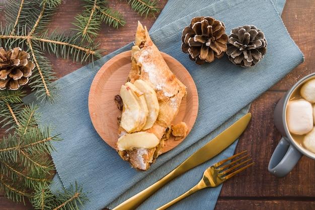 Stück apfelkuchen auf platte