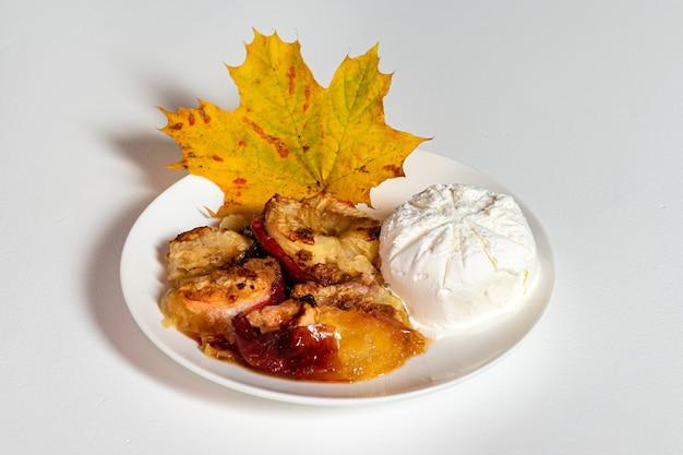 Stück apfelkuchen serviert mit eis, obstbacken, hausgemachtes dessertkonzept