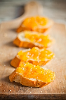 Stück baguette mit orangenmarmelade