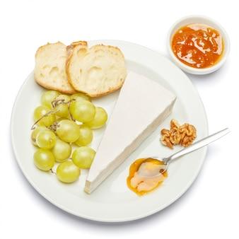 Stück brie oder camambert-käse auf einem weißen raum