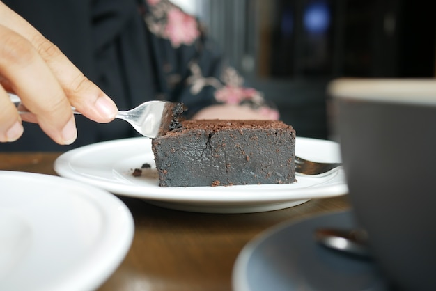 Stück brownie auf teller auf dem tisch Premium Fotos