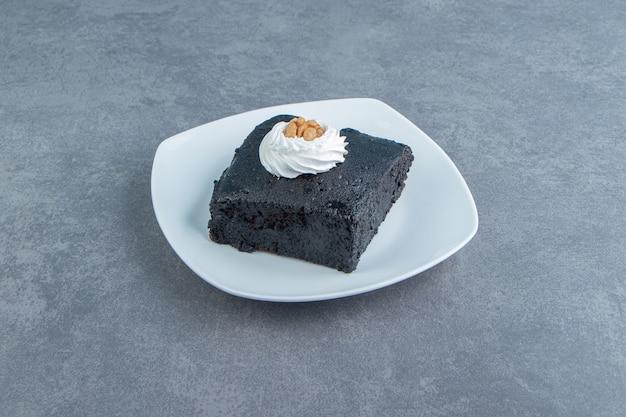 Stück brownie-kuchen auf weißem teller.