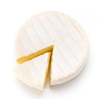 Stück camembertkäse lokalisiert auf weiß