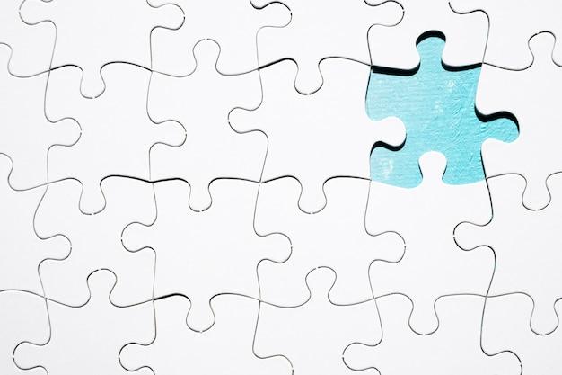 Stück, das vom weißen puzzlen fehlt