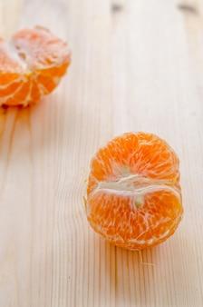 Stück frische orange auf einem hölzernen hintergrund