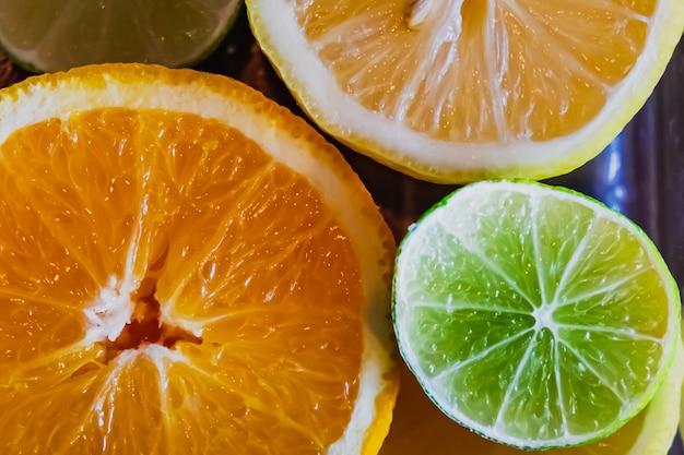 Stück frische zitrusfrüchte - zitronen, orangen, limetten