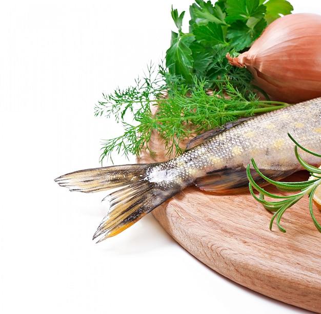 Stück frischen rohen fisch in schüssel