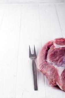 Stück frisches schweinefleisch am knochen