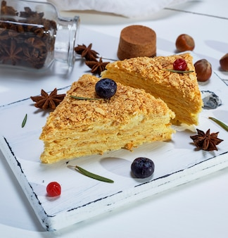 Stück gebackene torte napoleon mit einer sahne