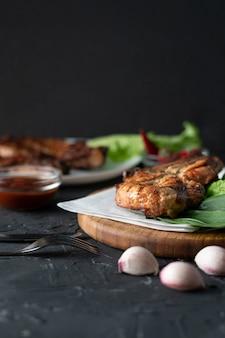 Stück gekochtes gebratenes schweinefilet mit kopfsalatblättern, zwiebel und soße, trödelfleisch