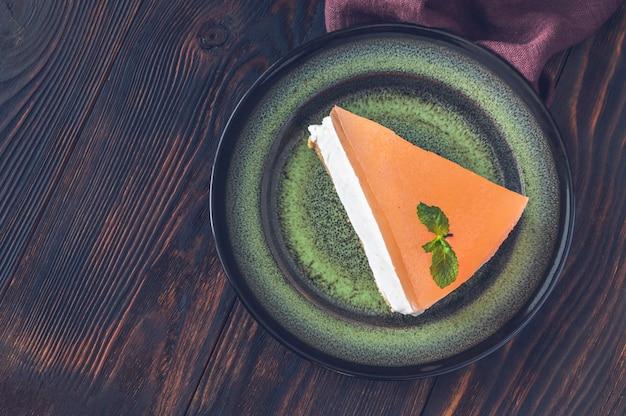 Stück grapefruit-käsekuchen auf rustikalem hintergrund