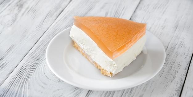 Stück grapefruit-käsekuchen auf weißem hintergrund