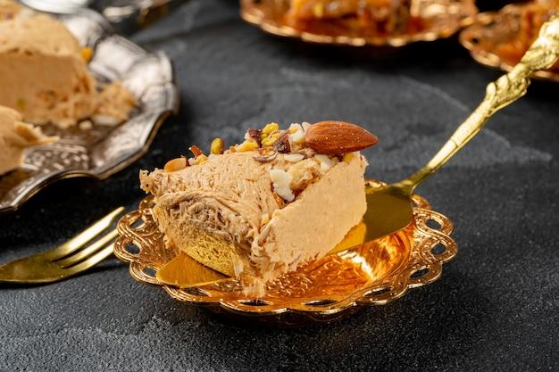 Stück halva-dessert auf goldenem spatel