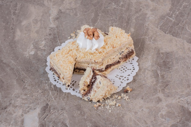 Stück hausgemachter kuchen auf marmortisch.