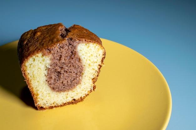 Stück hausgemachter schokoladenkuchen und weißer teig
