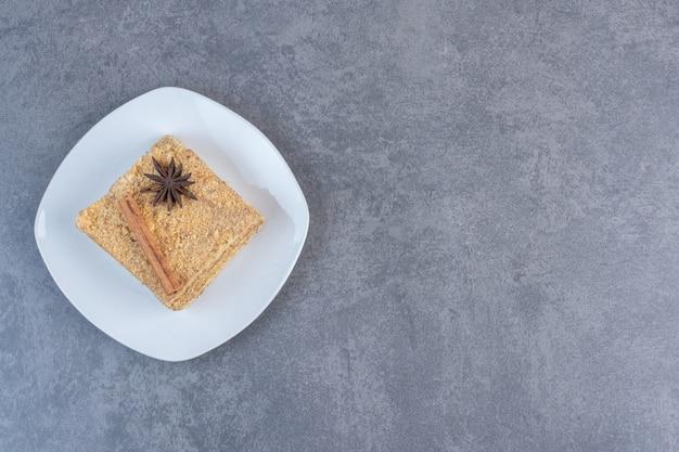 Stück honigkuchen auf weißem teller.