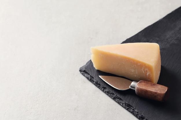 Stück käse auf einer tischdecke