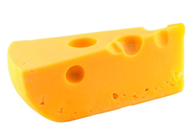 Stück käse isoliert auf weißem hintergrund