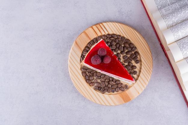 Stück käsekuchen mit kaffeebohnen und buch. foto in hoher qualität