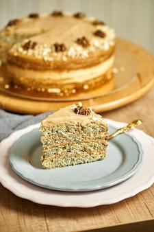 Stück karamellkuchen mit mohn auf teller.