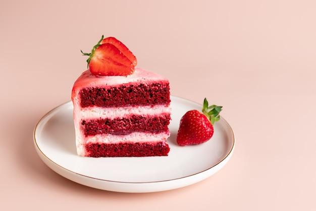 Stück köstlicher roter samtkuchen verziert mit frischen erdbeeren