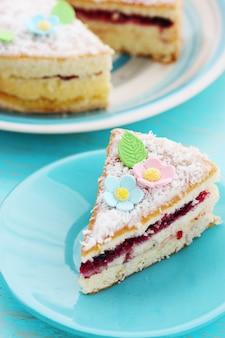 Stück kuchen auf einem teller