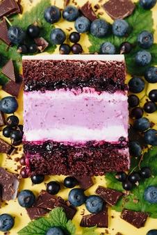 Stück kuchen im abschnitt auf dem hintergrund der frucht