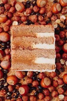 Stück kuchen im abschnitt auf dem hintergrund der nüsse