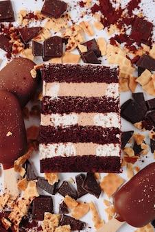 Stück kuchen im abschnitt auf dem hintergrund der schokolade
