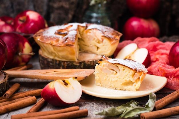 Stück kuchen mit äpfeln auf einer untertasse