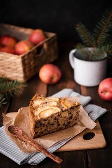 Stück kuchen mit äpfeln und kiefer