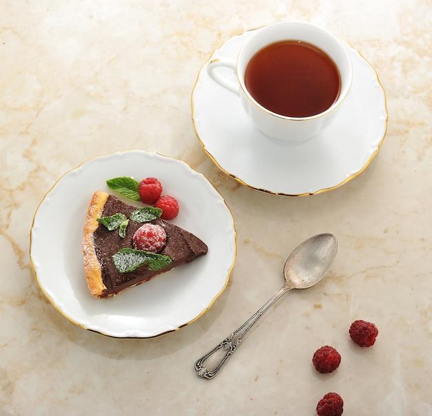 Stück kuchen mit himbeeren und schokolade in einer schüssel