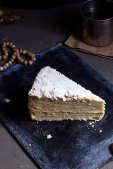 Stück kuchen mit puderzucker auf der oberseite