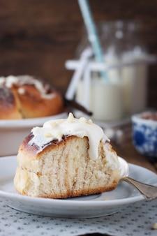 Stück kuchen mit sahne
