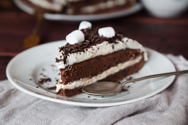Stück kuchen mit schokolade und marshmallow-makro