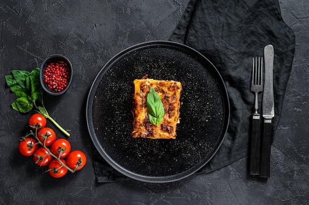 Stück leckere heiße lasagne. traditionelles italienisches essen