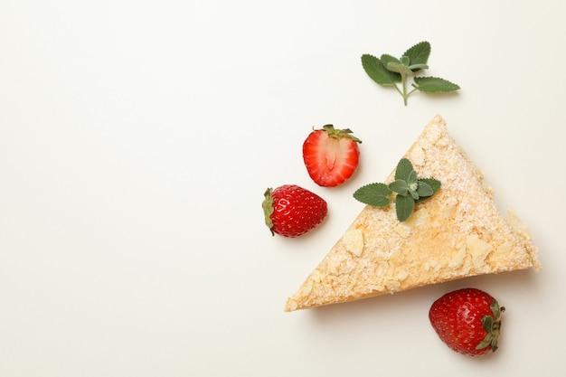 Stück napoleon-kuchen mit erdbeere auf weißer oberfläche