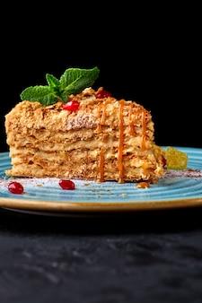 Stück napoleon-kuchen. schichtkuchen mit vanillesoße