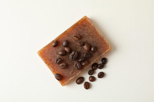 Stück natürliche kaffeeseife auf weißem hintergrund