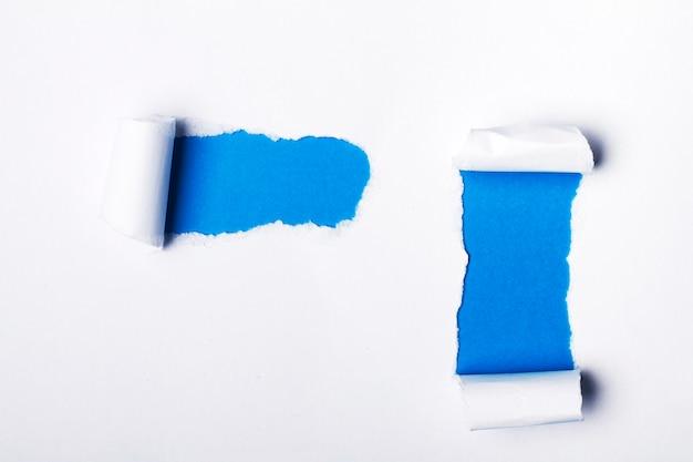 Stück papier in verschiedenen formen zerrissen.
