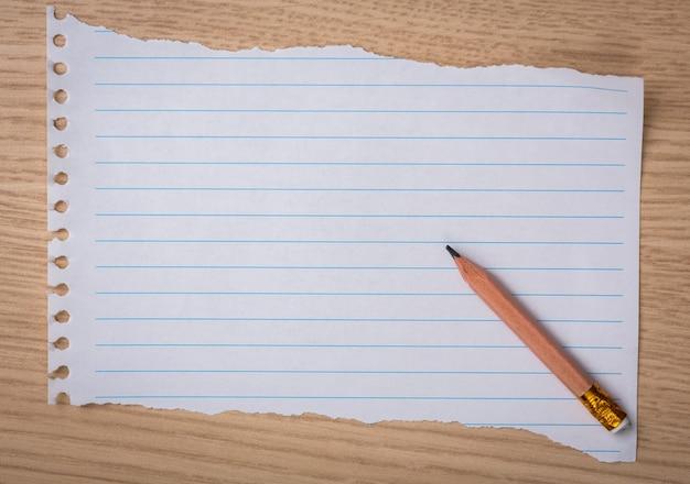 Stück papier notebook mit einem bleistift
