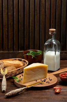 Stück parmesan serviert mit milch und brot