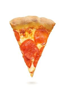 Stück peperoni-pizza mit würstchen, tomatensauce und käse isoliert auf weißem hintergrund.
