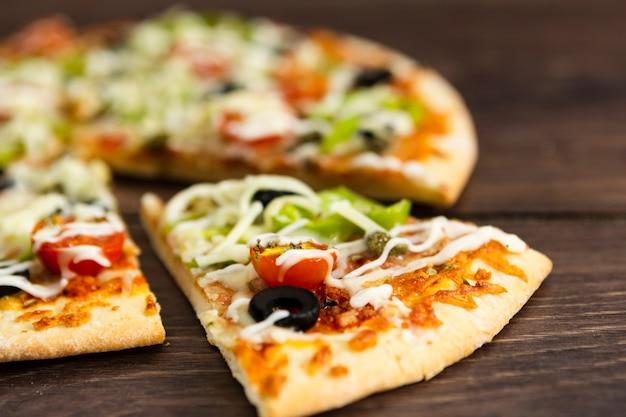 Stück pizza mit belag