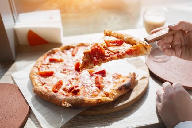 Stück pizza nahaufnahme. pizza steht auf einem tisch in einem café